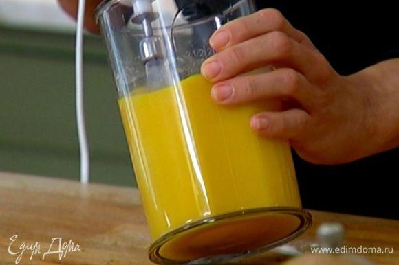 Яйца с сахарной пудрой взбить миксером в пышную массу.