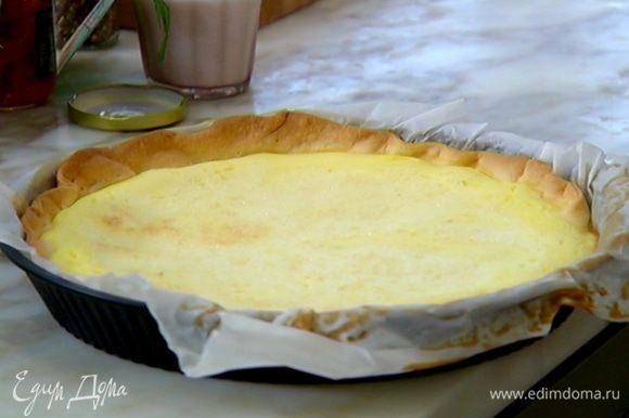 Вынуть из духовки пропеченный корж, вылить на него яичный крем и отправить обратно в духовку еще на 25 минут.