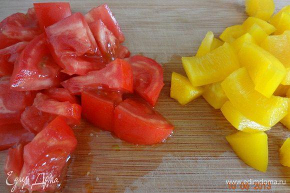 Овощи и зелень вымыть, обсушить на полотенце, помидоры порезать небольшими четвертинками, перец некрупным кубиком, зелень измельчить.