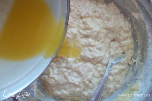 В просеянную муку добавляем сахар, соль, ванильный сахар, яйца, дрожжи с молоком и замешиваем тесто. Затем вливаем растопленное масло (не горячее).