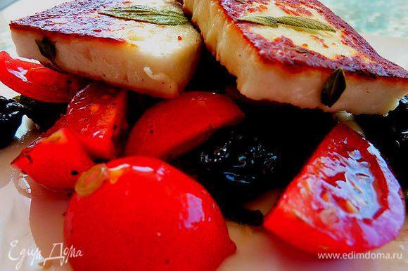 Жареный сыр переложить в салатник и подавать.