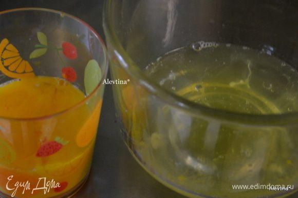 Разделить яйца на белки и желтки в отдельной ёмкости.