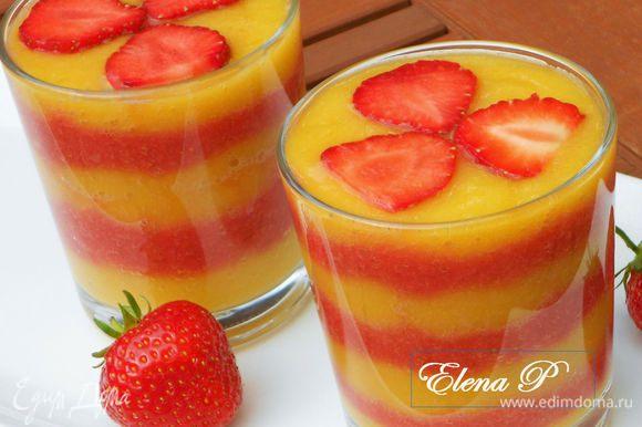 Ложкой выкладывайте пюре в стаканы, начиная с персикового, затем малиновое, чередуя слои. Закончить необходимо персиковым. Сверху поместите по паре ягод малины или пластины клубники, если вы использовали её. Пейте с наслаждением!