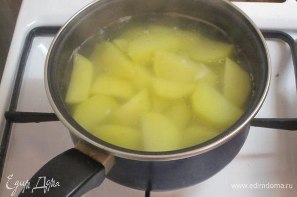 Картофель очистить, отварить, затем размять в пюре.