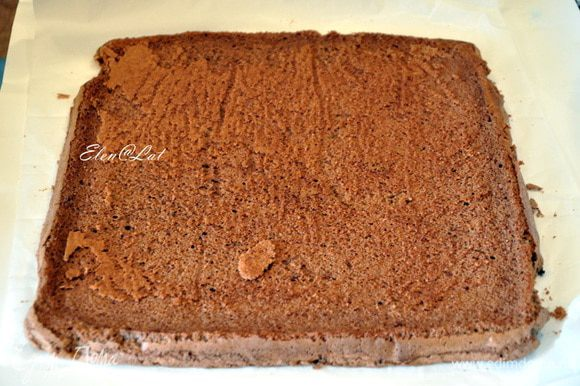 Теперь взять чистый лист пекарской бумаги и присыпать его поверхность сахарной пудрой, на нее переложить бисквит. Аккуратно снять бумагу, обрезать сухие края.