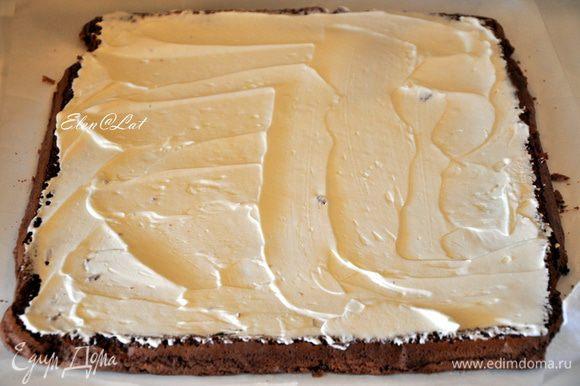 По всей поверхности бисквита равномерно нанести крем.