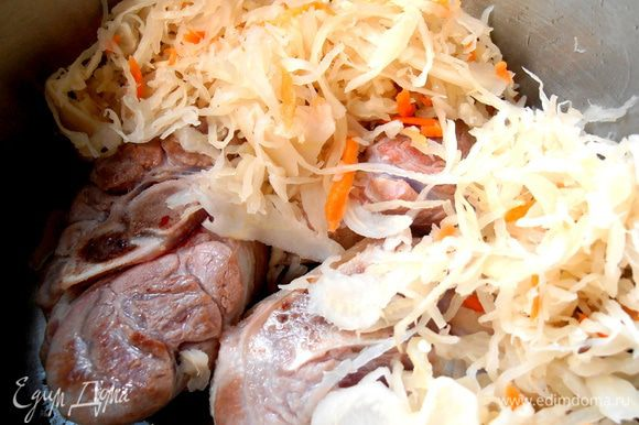 Выкладываем на мясо отжатую капусту...