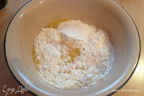 В смесь добавить молоко с дрожжами и сахаром, которое мы разводили в первом действии. И влить растопленное (не горячее) сливочное масло. Поставить в теплое место на один час.