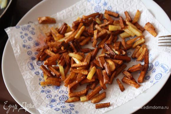 В глубокую сковороду наливаем растительное масло толщиной примерно с палец, разогреваем и обжариваем наш картофель до золотистого цвета. Выкладываем картофель на салфетку, чтобы ушел лишний жир.