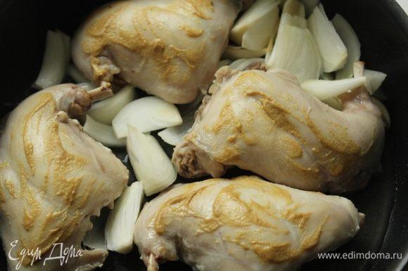Мясо посолить, поперчить и намазать горчицей. Растопить сливочное масло, положить мясо, лук и чеснок.