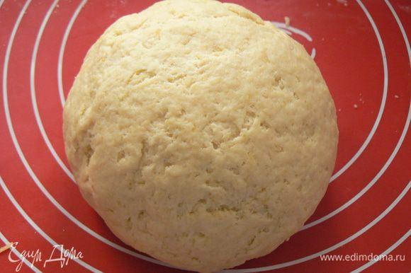 Замешиваем тесто. Собираем его в шар, накрываем пищевой плёнкой и помещаем в холодильник на 30 минут