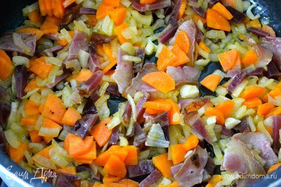 Как только овощи станут мягче, добавить копченую грудинку. И продолжить обжаривать минут 5.