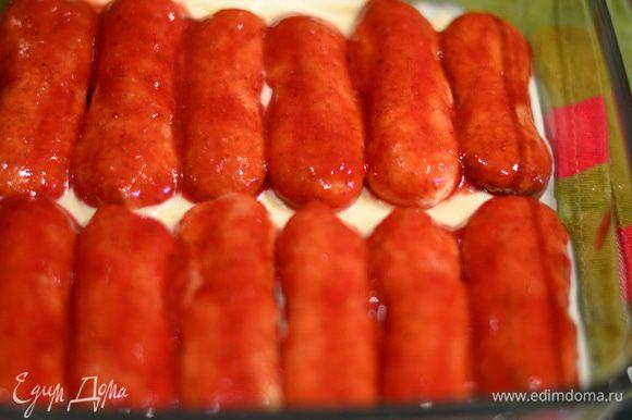 Обмакиваем каждое печенье в клубничный соус,выкладываем плотно к друг другу на крем.