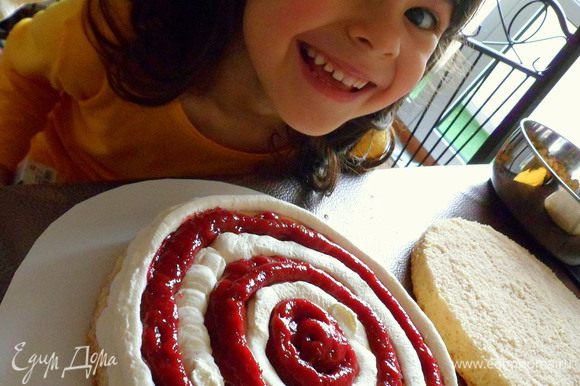 затем берем мешочек с ягодным муссом и заполняем пустые круги. пока я фотографировала, дочурка пальцем пробовала крем.