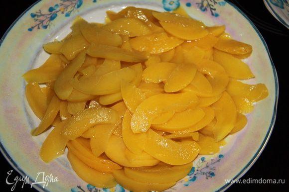 Вынуть персики из сиропа и разрезать на небольшие кусочки или лепестками.