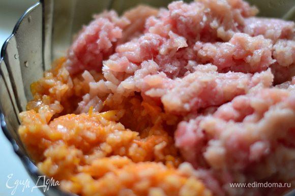 Рис отварить. Приготовить мясной фарш. Натертую морковку с мелко нарезанным луком потушить в томатном соке. Добавить к фаршу отварной рис с морковью. Посолить,поперчить по вкусу. Перемешать.