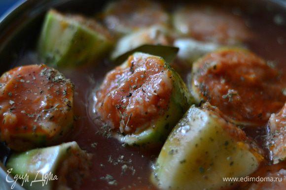 Выложить в емкость.Залить томатным соком.Добавить немного воды.Посолить. Поперчить.