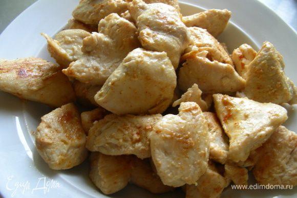 Разогреваем 1 ст.л. растительного масла и обжариваем бедрышки (в моем случае порезанную кусочками грудку) до золотистой корочки, посыпав красным перцем, минут 6-8. Перекладываем на тарелку.