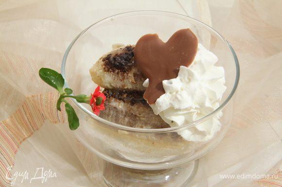 Запечатать лодочку из фольги. Запекать в предварительно разогретой до 200*С духовке 10 минут. Подавать десерт тёплым, со взбитыми сливками. Украсить по своему желанию и возможности.
