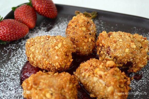 Готовые ягоды выложить на блюдо, в приготовленный заранее сироп... Сверху присыпать сахарной пудрой и подавать сразу же!.............. Получается ОЧЕНЬ ВКУСНО!!!