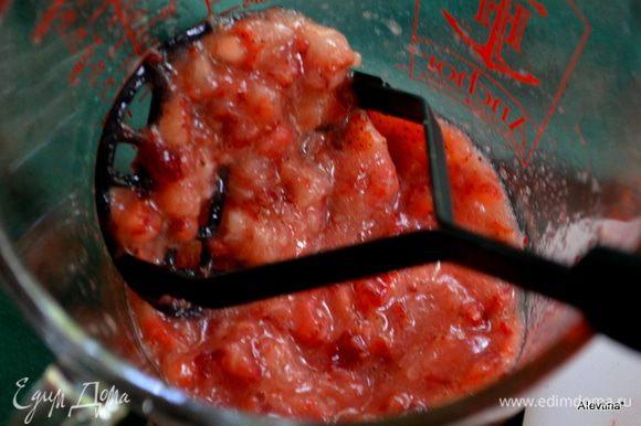 Ягоды помыть и очистить, разрезать. Выложить в емкость, раздавить. Посыпать сахаром от 1 ч. л до 1 стол. в зависимости от сладости ягоды. Дать постоять 15 мин. чтоб клубника дала сок.