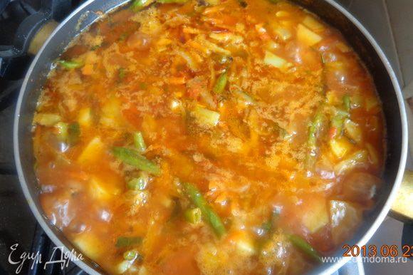 Полученную заправку добавить к обжаренным овощам и протушить все вместе минут 10-15, чтобы все ингредиенты сроднились между собой.