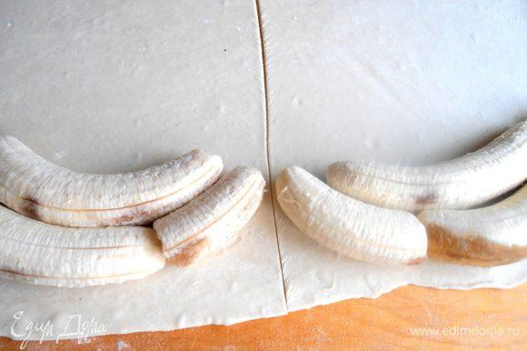 В центре проводим разрез ножом... Но можно нарезать банан на куски и сделать один большой рулет.