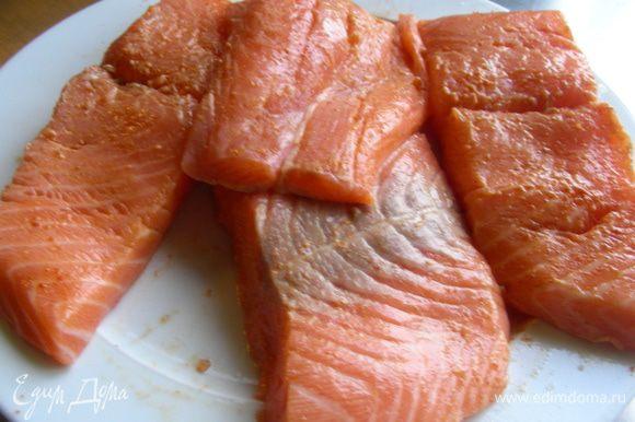 Филе лосося моем, сушим бумажным полотенцем и взбрызгиваем соком лимона.