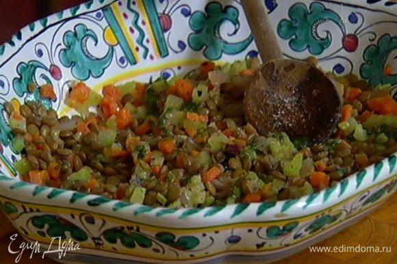 Выложить на блюдо горячую чечевицу и обжаренные овощи, посолить, поперчить и перемешать, полить все базиликовым маслом.