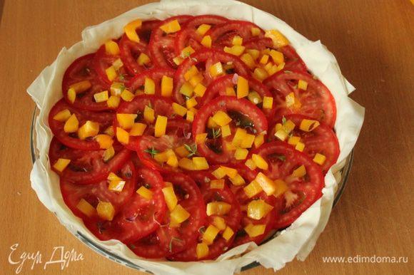 На помидоры выложить слой порезанного мелкими кубиками сладкого перца, посыпать листики тимьяна, немного соли и перца...