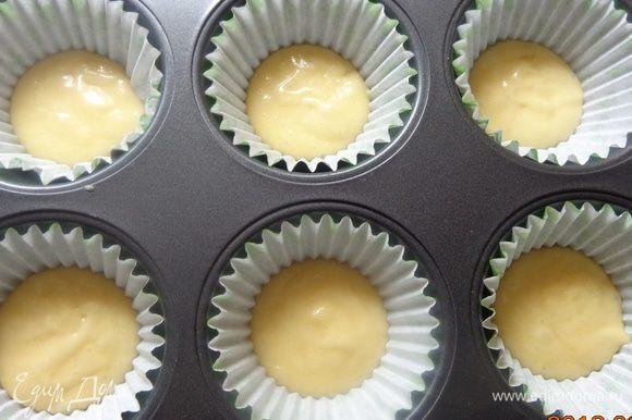 Подготовить формы для кексов. На дно каждой формочки положить 1 ст.л. белого теста.