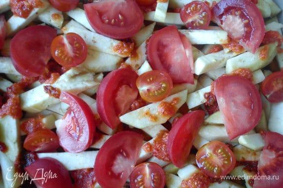Помидоры нарезать кубиками и выложить на овощи. Запекать при 200С 20 минут