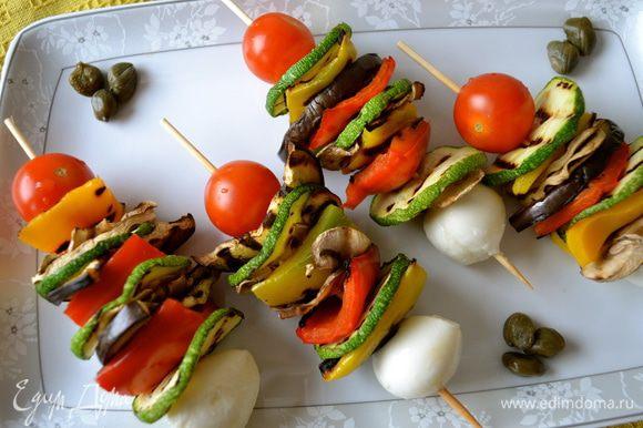 Собрать шашлычки. Помидорки-черри и шарики моцареллы выступают в роли эдаких фиксирующих элементов и не позволяют овощам соскальзывать.