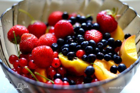 Промыть в проточной воде ягоды и фрукты,обсушить.