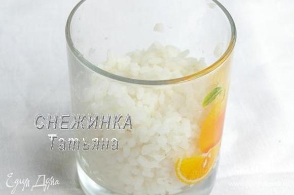 Рис отвариваем до готовности. Я брала круглозёрный, чтобы сырники получились более клейкие. Варила рис в большом количестве воды, без соли. То есть варим не кашу, а рис в воде, потом просто сцеживаем. Должно получиться пол стакана готового риса.
