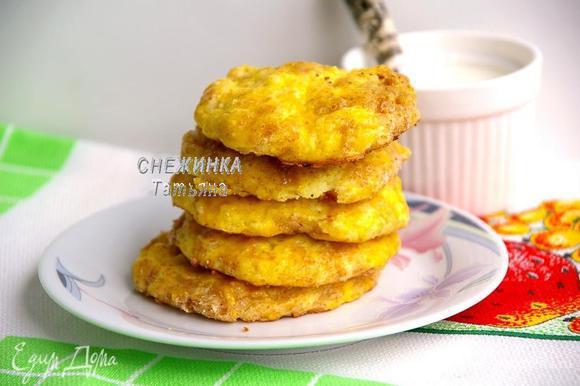 Ставим выпекаться в разогретую до 180С духовку на 15-20 минут до золотистого цвета, зависит от размеров сырников.