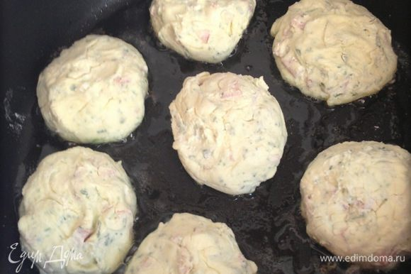 Тесто обваливаем в муке, формируем сырники, жарим на среднем огне до готовности