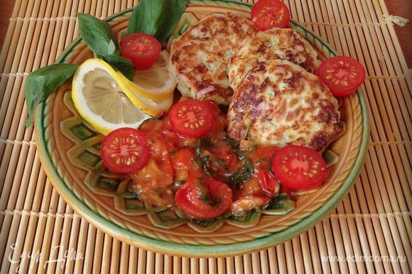 Выкладываем на тарелку сырники и соус. Приятного аппетита!