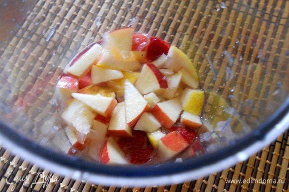 Лимон нарезать кубиками, добавить сахар по вкусу. Переложить все в графин и залить очищенной водой или газированной, перемешать и дать настояться от 30 минут до 1 часа.