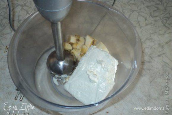 Добавляем в миску банан и творог, взбиваем блендером..