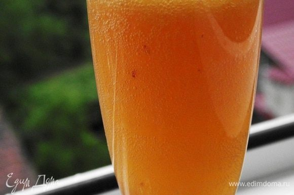 Готовый коктейль подавать сразу же пока он не охладился! Можно оформить долькой свежего персика и листиком мяты.