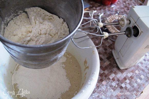 Соединить масло с белками, и ввести просеянную муку, продолжая взбивать. Вмешать банановое пюре.