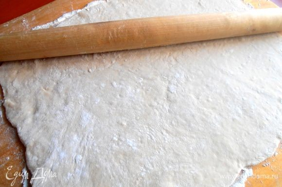 Раскатываем постоявшее тесто в тонкий прямоугольник...