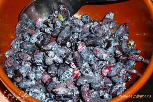 Готовим начинку. Добавляем к ягодам жимолости крахмал, аккуратно перемешиваем.