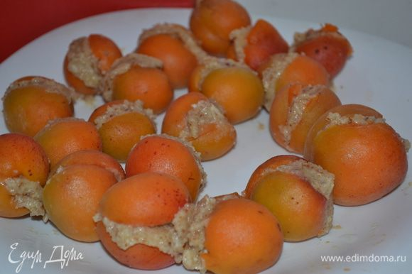 Абрикосы очищаем от косточек. В одну половинку абрикоса кладем 1 коф. л начинки миндальной и закрываем второй половинкой абрикоса.