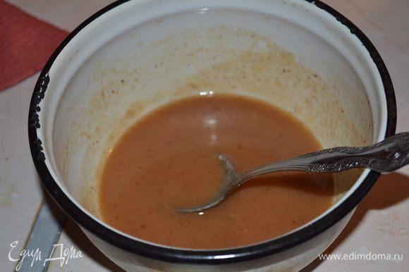 Приготовим ромовый соус: в маленьком сотейнике смешиваем масло и сахар, ставим на огонь на несколько минут. Варим карамель несколько минут (я брала обычный белый сахар, коричневого у меня не было, если у вас коричневый, то долго варить не надо, только что-бы сахар расплавился). Добавляем остальные ингредиенты и провариваем несколько минут соус.