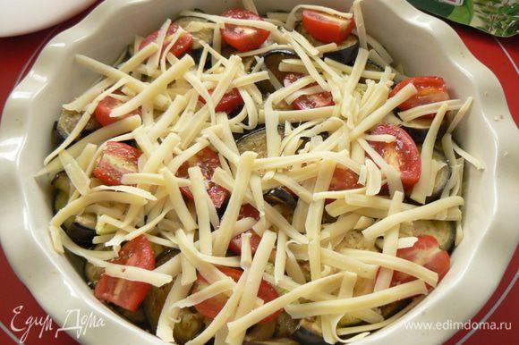 Выложить овощи, чередуя баклажаны, помидоры, сыр