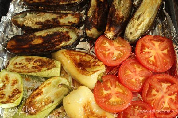 Запекать овощи, пока у перцев не обгорит кожица, а остальные овощи не станут мягкими.
