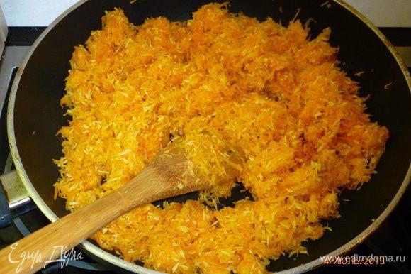 Вытереть сковороду бумажным полотенцем. Выложить в нее натертую морковь и кокосовую стружку и, помешивая, жарить 5-10 минут.