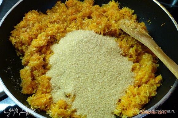 Всыпать соль, сахар, и прогревать еще 10 минут при этом постоянно помешивая.